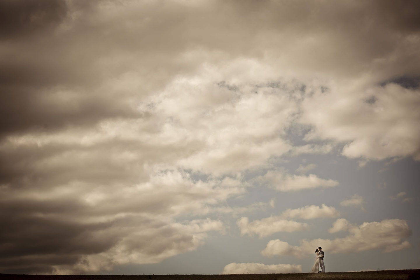 Clouds :: Bride and groom. Couple :: David Bastianoni wedding photographer