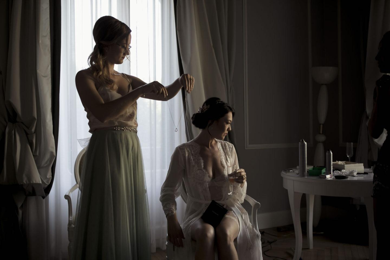 Necklace :: Getting ready :: David Bastianoni wedding photographer