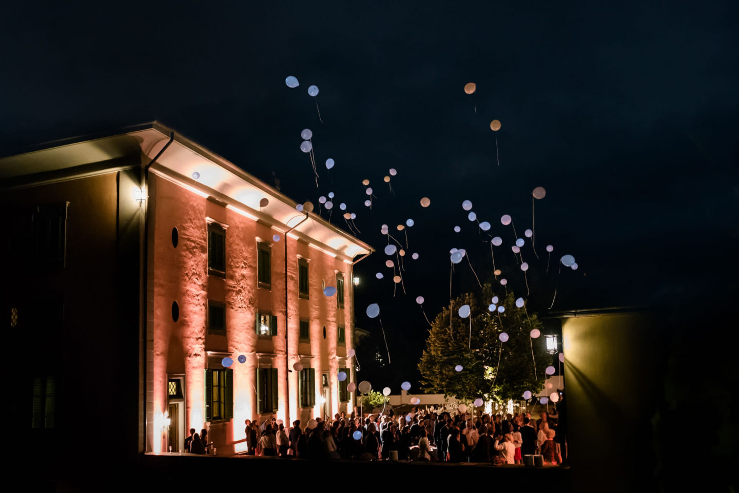 Balloons :: Amazing wedding day at Il Borro :: Luxury wedding photography - 49 :: Balloons