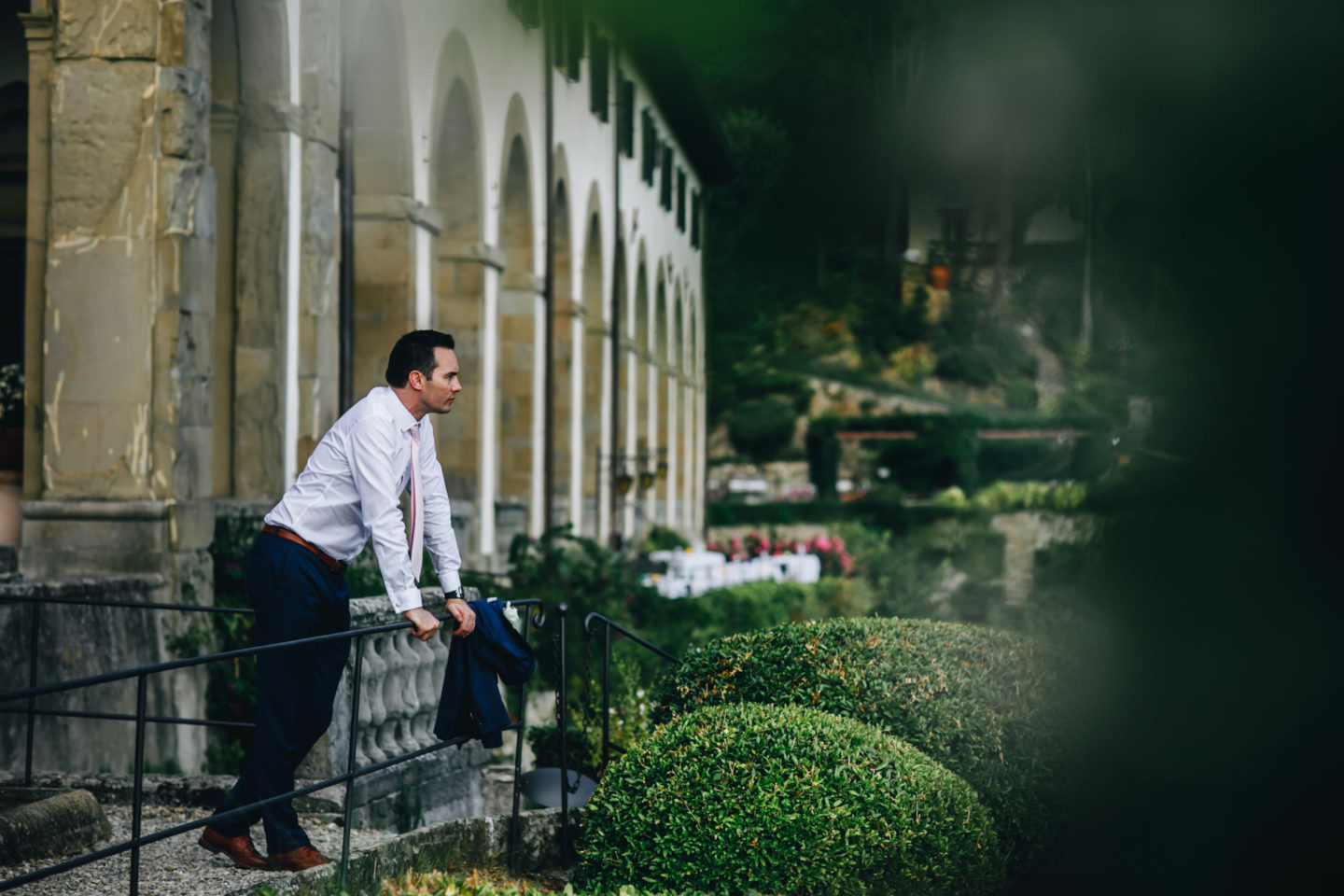 Waiting :: Crazy wedding at Vincigliata Castle and Villa San Michele :: Luxury wedding photography - 21 :: Waiting