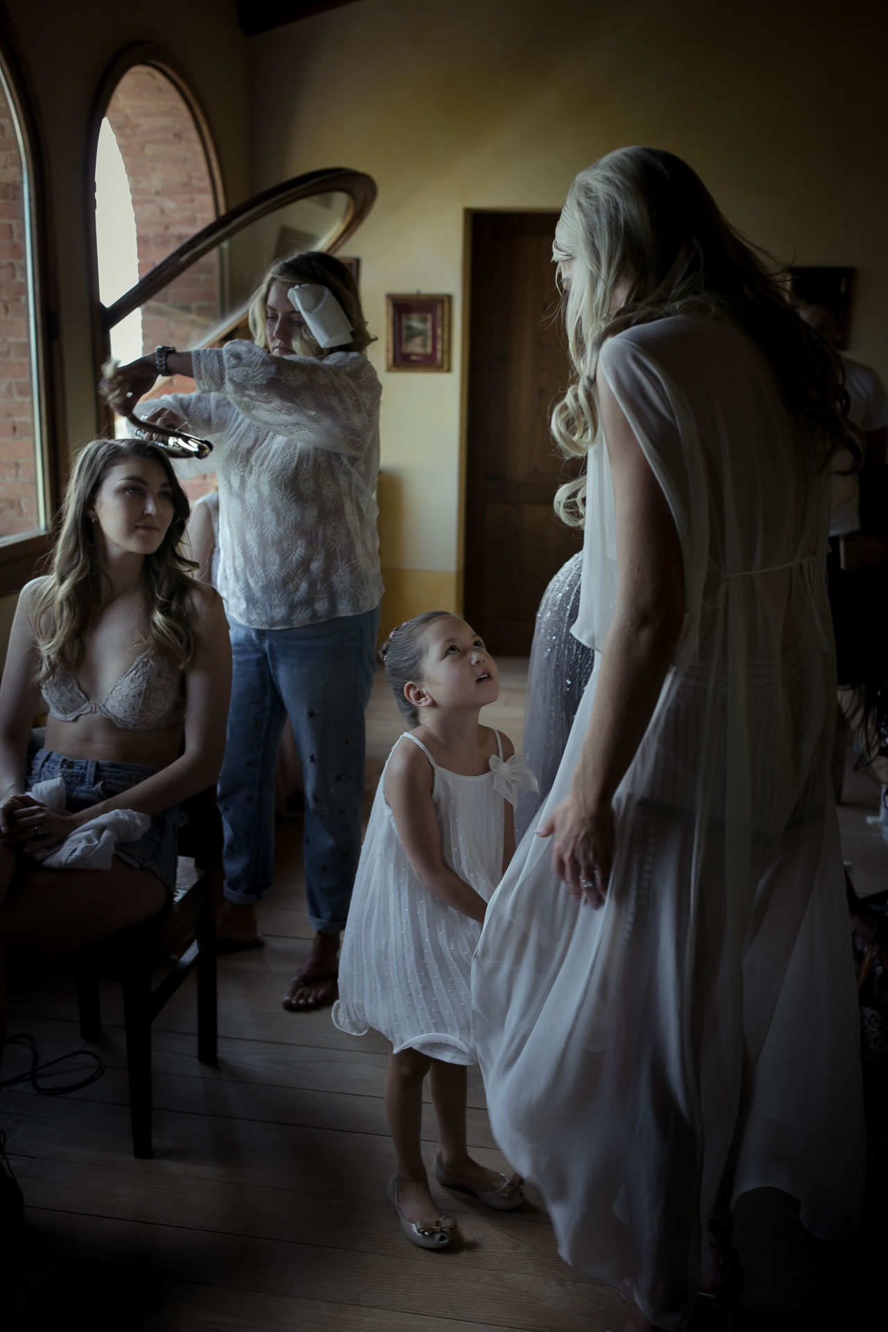 Getting Ready :: Exciting wedding in the countryside of Siena :: Luxury wedding photography - 6 :: Getting Ready