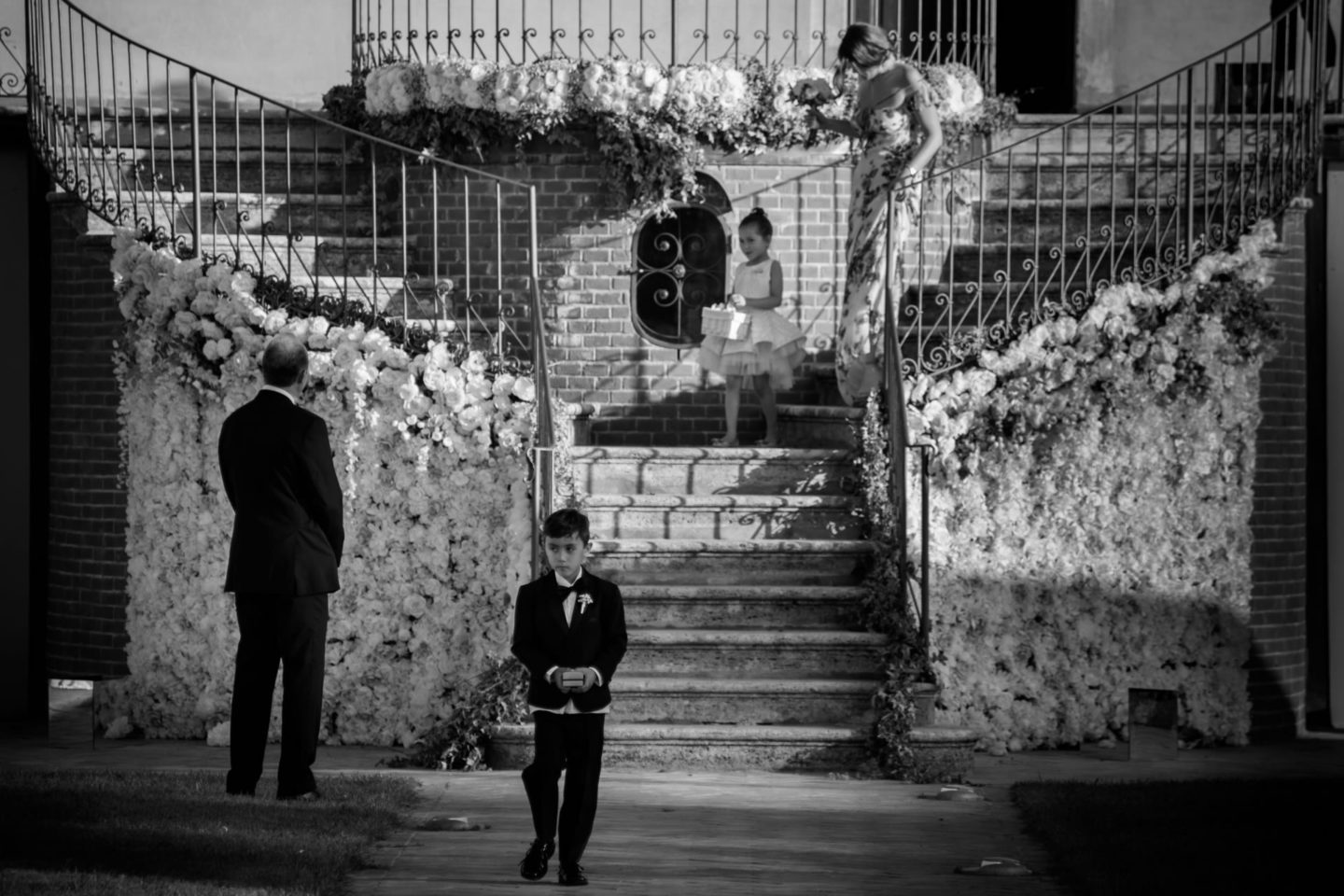 Stairs :: Exciting wedding in the countryside of Siena :: Luxury wedding photography - 30 :: Stairs