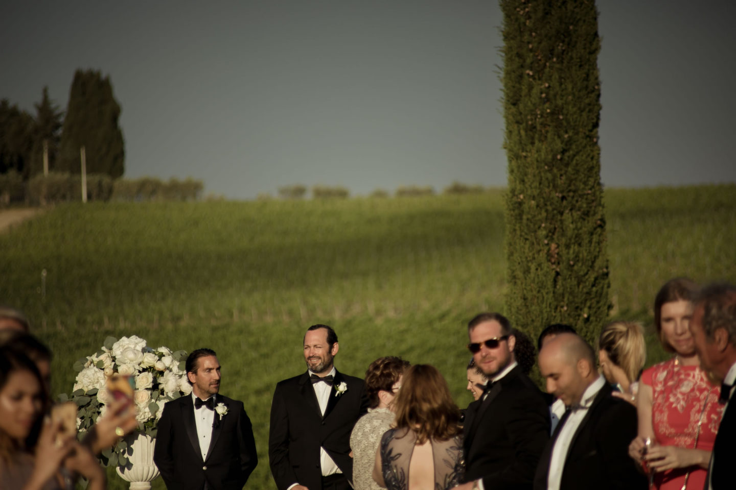Waiting :: Exciting wedding in the countryside of Siena :: Luxury wedding photography - 32 :: Waiting