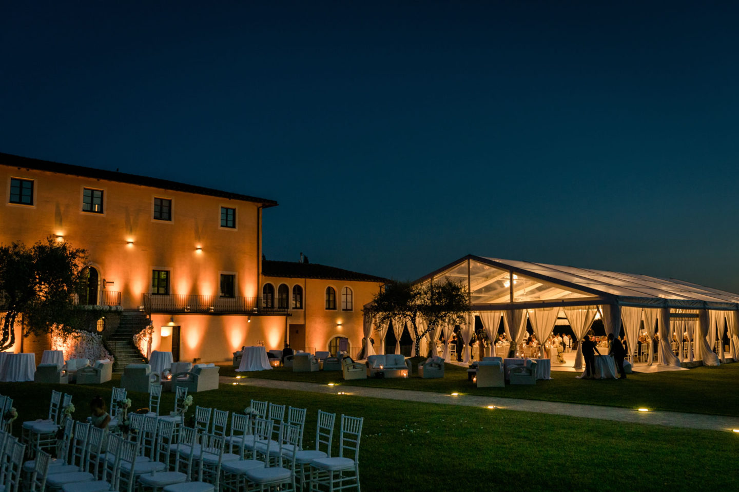 Evening :: Exciting wedding in the countryside of Siena :: Luxury wedding photography - 57 :: Evening